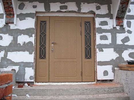 входные двери с окошками по бокам
